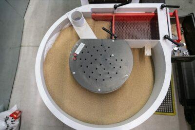 Trowalisieren: Durch Rotation des Behälters werden Kanten geschliffen.