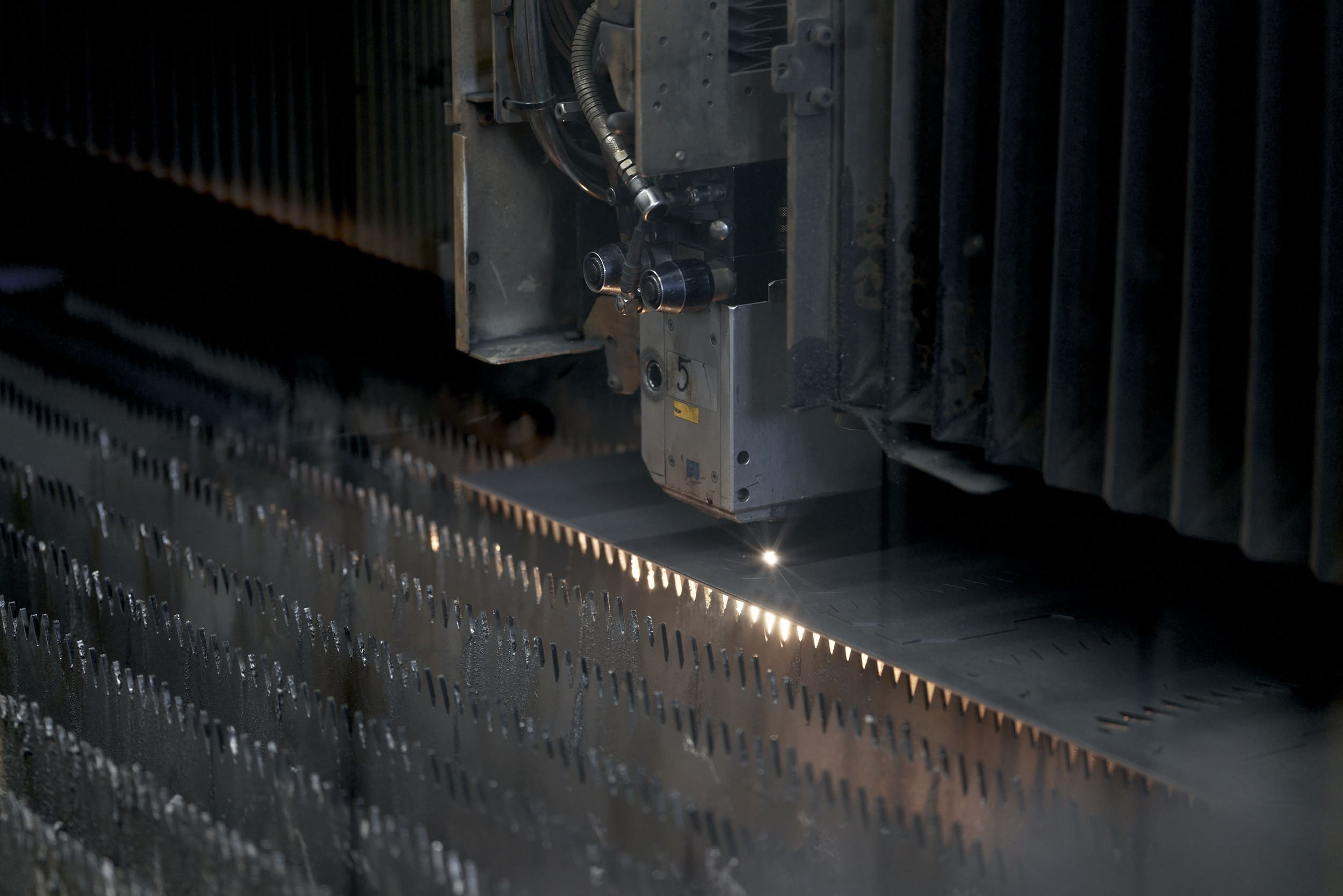 Laserschneiden Keyvisual: Laserschneidmaschiene, Blechzuschnitt Prozess